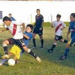 Santiago Alonso y Juan Pablo Ojeda luchan. Ambos convirtieron goles