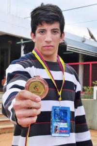 Ricardo Báez, con la medalla de bronce ganada en los Panamericanos de Colombia 2013 (Foto: Marcelo Rodríguez, El Territorio)