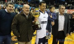 El gobernador de Corrientes junto a Aldo Serrano, capitán del campeón argentino de mayores (Foto El Litoral)