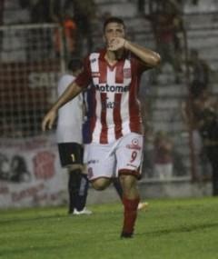 """Luis Silba, gritando uno de los 9 goles que marcó en el pasado Argentino """"A"""" con la camiseta de San Martín de Tucumán"""