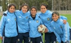 La posadeña Cecilia López, al centro, integra la selección mayor de Argentina