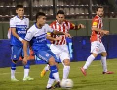 Matías Giménez, al fondo, volvió a jugar como titular en Argentinos Juniors, por la Copa Argentina