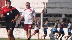 """Milton Zarate observado por """"Chaucha"""" Bianco, en el entrenamiento de este jueves por la tarde (Foto club Guaraní)"""