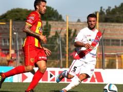 Ahora serán compañeros. Leandro Benítez marcado por Osvaldo Young, en el último Boca Unidos-Guaraní