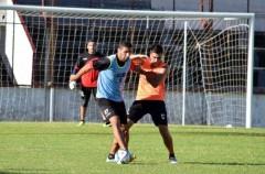 Jorge Piñero da Silva protege la pelota ante la marca de Alan Vester. Guaraní recibe a All Boys en un duelo clave por la permanencia, ya que ambos están en zona de descenso (Foto El Territorio)