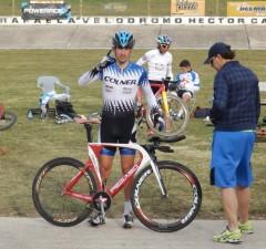 Santiago Yeri en el velódromo de Rafaela, donde comenzó a ganarse un lugar en el equipo argentino para el Mundial de Richmond (Foto Cristina Beceyro)