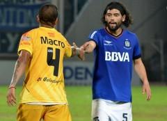 De goleador a goleador. El saludo final entre Alejandro Pérez y Rodrigo Burgos, el pasado miércoles en el estadio Mario Kempes, cuando Crucero cayó 2 a 1 sobre el final ante Talleres